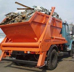 машина вывозит строительный мусор