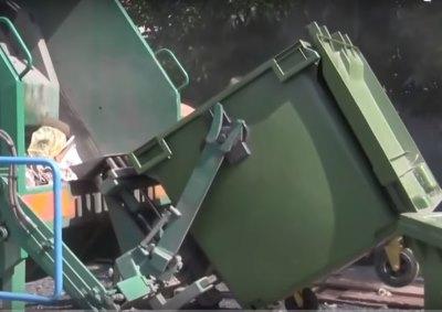 выгрузка содержимого мусорного контейнера - фото