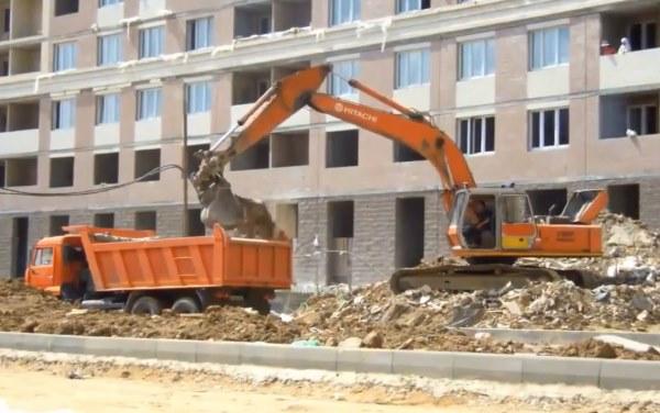 Погрузка строительного мусора в самосвал