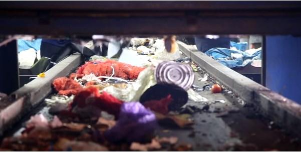 Лента конвейера с мусором на мусороперерабатывающем заводе